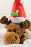 Retrato de la felpa linda del reno de la Navidad en estudio Fotos de archivo