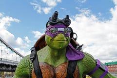 Retrato de la figura adolescente de Donatello de la tortuga del ninja del mutante en el parque Muzeon en Moscú Imagenes de archivo