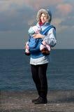 Retrato de la forma de vida de la madre y del bebé jovenes fotografía de archivo libre de regalías
