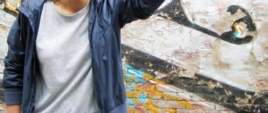 Retrato de la forma de vida de la persona joven contra fondo urbano colorido de la pared de ladrillo Imágenes de archivo libres de regalías