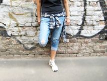 Retrato de la forma de vida de la persona joven contra fondo urbano colorido de la pared de ladrillo Foto de archivo libre de regalías
