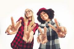 Retrato de la forma de vida del estudio de dos muchachas del inconformista de los mejores amigos que van locas y que tienen gran  Fotografía de archivo libre de regalías