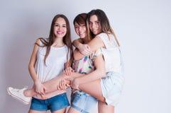 Retrato de la forma de vida del estudio de tres mejores amigos Foto de archivo