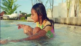 Retrato de la forma de vida del niño emocionado y feliz hermoso en jugar alegre sonriente del traje de baño lindo de la muchacha  metrajes