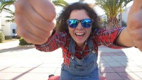 Retrato de la forma de vida del verano de la mujer joven que presenta con la maleta cerca de centro turístico almacen de metraje de vídeo