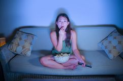 Retrato de la forma de vida del wom coreano asiático dulce y sorprendido joven foto de archivo libre de regalías