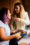 Retrato de la forma de vida de dos mujeres jovenes felices con el pavo cocido para la cena de la acción de gracias Fotos de archivo