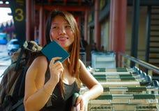 Retrato de la forma de vida de la mujer coreana asiática feliz y atractiva joven con la sonrisa de la mochila emocionada y jugue imágenes de archivo libres de regalías