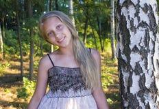 Retrato de la foto de la chica joven en una arboleda del abedul foto de archivo