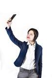 Retrato de la foto de Selfie la mujer joven hace la foto con smartphone encendido Imágenes de archivo libres de regalías
