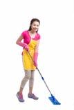 Retrato de la fregona asiática joven de Cleaning Floor With del ama de casa en ful Imagenes de archivo