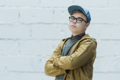 Retrato de la gorra de béisbol azul adolescente y de mirar del algodón que lleva la cámara Fotografía de archivo