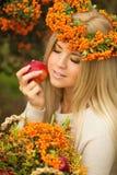 Retrato de la guirnalda hermosa sonriente de la mujer de bayas en colores del otoño Foto de archivo
