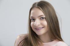 Retrato de la hembra adolescente que tiene soportes de los dientes Presentación con sonrisa foto de archivo libre de regalías