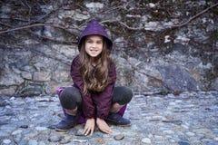 Retrato de la hembra del adolescente que se sienta en rocas Fotografía de archivo