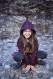 Retrato de la hembra del adolescente que se sienta en rocas Imagen de archivo libre de regalías
