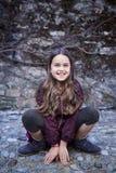 Retrato de la hembra del adolescente que se sienta en rocas Fotos de archivo