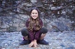 Retrato de la hembra del adolescente que se sienta en rocas Foto de archivo libre de regalías