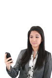 Retrato de la hembra enojada que mira el teléfono celular Fotos de archivo libres de regalías