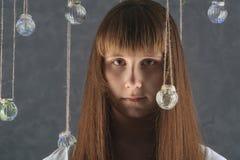 Retrato de la hembra europea joven con las bolas de cristal, mirando Imágenes de archivo libres de regalías