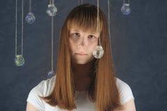 Retrato de la hembra europea joven con las bolas de cristal, mirando Fotografía de archivo