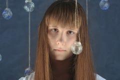Retrato de la hembra europea joven con las bolas de cristal, mirando Foto de archivo