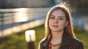 Retrato de la hembra joven con sonrisa tímida al aire libre almacen de metraje de vídeo