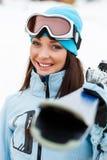 Retrato de la hembra que da los esquís Foto de archivo