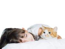 Retrato de la hermana caucásica divertida de la muchacha del niño del niño de la cara con el gato rojo aislado Imagenes de archivo