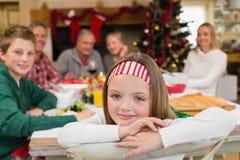 Retrato de la hija sonriente durante cena de la Navidad Fotografía de archivo libre de regalías