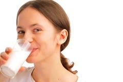 Retrato de la leche de consumo de la mujer Fotos de archivo