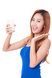 Retrato de la leche de consumo feliz de la mujer joven Fotos de archivo libres de regalías