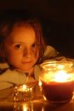 Retrato de la luz de una vela de la niña hermosa Fotografía de archivo libre de regalías