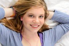 Retrato de la música que escucha de la chica joven relajante Fotos de archivo libres de regalías
