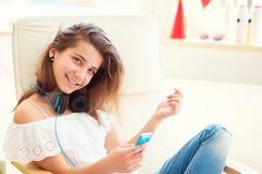 Retrato de la música que escucha del adolescente bonito joven con el moder Fotos de archivo libres de regalías
