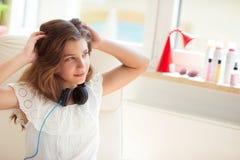 Retrato de la música que escucha del adolescente bonito joven con el moder Fotografía de archivo libre de regalías
