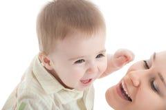 Retrato de la madre feliz con el bebé alegre Fotografía de archivo
