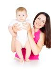 Retrato de la madre feliz con un bebé imagenes de archivo