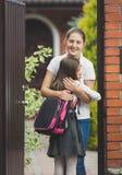Retrato de la madre feliz que encuentra a su hija después en escuela adentro Fotos de archivo libres de regalías