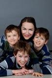 Retrato de la madre feliz y de tres hijos, estudio Fotos de archivo