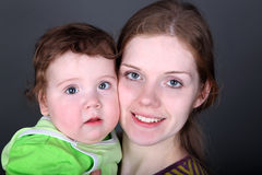 Retrato de la madre hermosa y del bebé cara a cara Fotografía de archivo