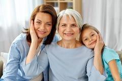 Retrato de la madre, de la hija y de la abuela fotografía de archivo