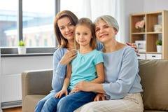Retrato de la madre, de la hija y de la abuela fotos de archivo