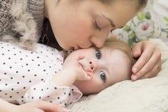 Retrato de la madre joven con el bebé. Imagen de archivo