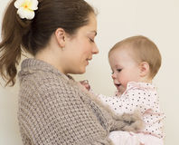 Retrato de la madre joven con el bebé. Fotos de archivo