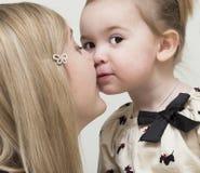 Retrato de la madre joven con el bebé. Fotografía de archivo libre de regalías