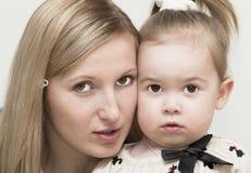 Retrato de la madre joven con el bebé. Foto de archivo