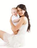 Retrato de la madre joven feliz con la sonrisa del bebé Imagen de archivo libre de regalías