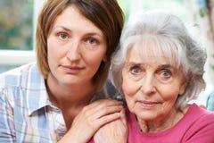 Retrato de la madre mayor con la hija adulta Foto de archivo libre de regalías