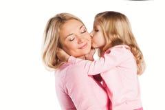 Retrato de la madre y de la hija de abarcamiento felices Fotografía de archivo